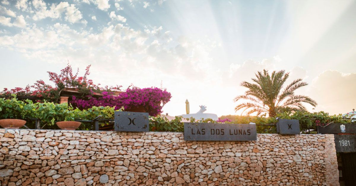 Entrance to the restaurant Las Dos Lunas in San Antonio (Ibiza)